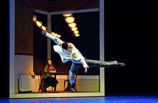 """Nach Motiven Edward Hoppers gestaltet ist das Tanzstück """"Gesichter der Großstadt"""" (Szene mit Maya Mayzel und Yoh Ebihara). Foto: Klenk"""