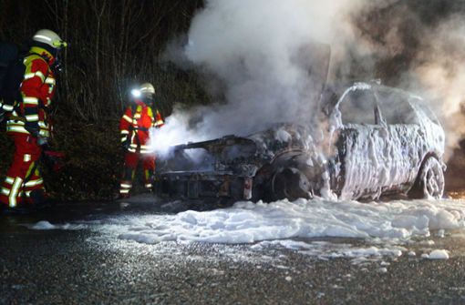 Mercedes fängt Feuer und brennt vollständig aus