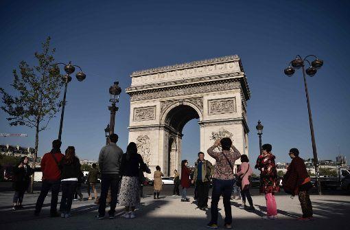 Auch die Touristen sind wieder auf der belebten Einkaufstraße und am Arc de Triomphe zu finden.  Foto: AFP