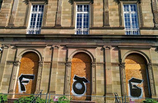 Für Sprayer boten die mit Holzplatten geschützten Fenster eine willkommene Sprühfläche. Foto: Jürgen Brand