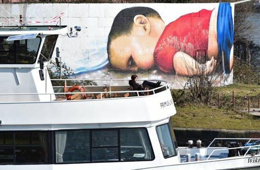 Unbekannte haben das Graffiti mit weißer Farbe beschmiert. Foto: dpa