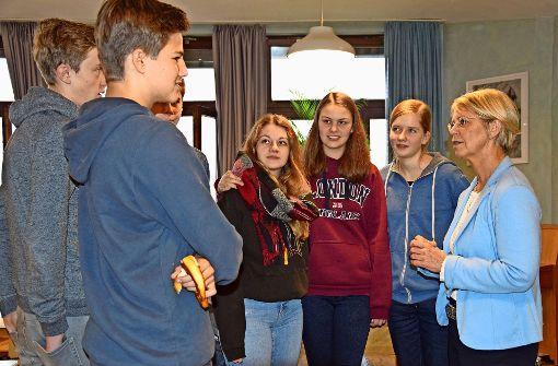 Jugendliche diskutieren über die Schulpolitik