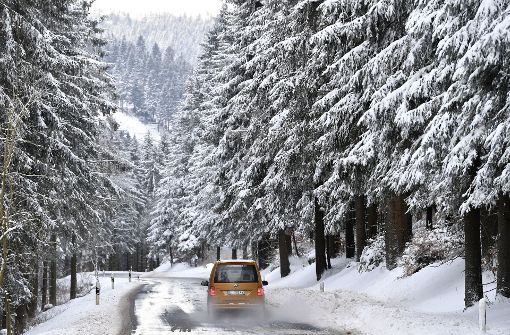 Bevor es auf die winterlichen Straßen geht, müssen die Autofahrer einiges beachten. Foto: dpa