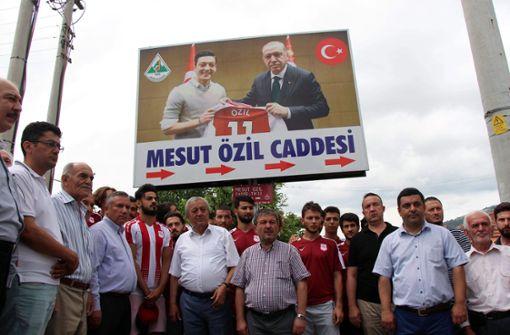 Riesiges Erdogan-Foto prangt jetzt in der Mesut-Özil-Straße
