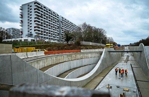 Noch einen ziemlich nackten Anblick bietet derzeit die neue Haltestelle Bottroper Straße. In den nächsten Monaten werden Gleise verlegt und der Bahnsteig errichtet Foto: Lichtgut/Max Kovalenko