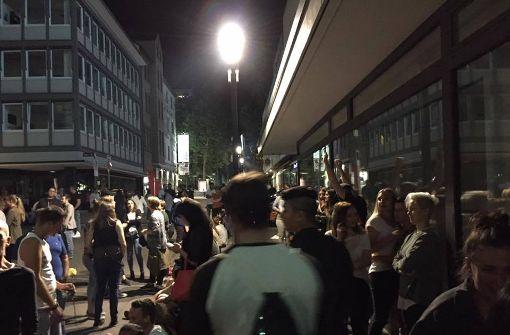 Die Gäste standen lange ratlos vor dem Kings Club. Foto: Matthias Müller/Facebook