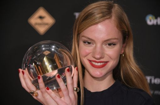 Die Sängerin Amilli freut sich nach der Verleihung der 1Live-Krone in der Jahrhunderthalle über den Preis in der Kategorie Förderpreis. Foto: dpa