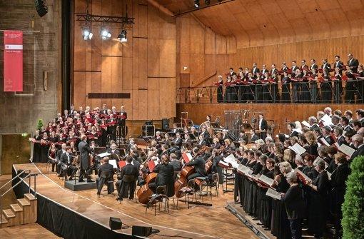 Jörg-Hannes Hahn dirigiert den Philharmonia-Chor, die Gächinger Kantorei und den Bachchor Stuttgart Foto: Holger Schneider