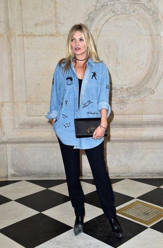Auch Supermodel Kate Moss zeigte sich lässig im Jeanshemd bei Dior. Foto: Getty