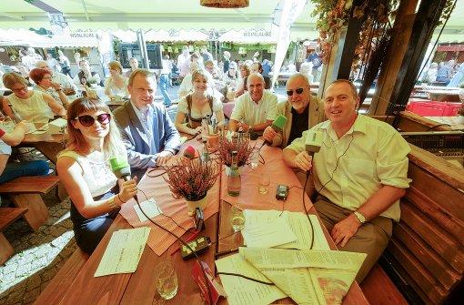 Die Weindorf-Runde: Diana Hörger, Michael Matting, Weinprinzessin Anja Gemmrich, Rüdiger Winter, Fred Breinersdorfer, Tom Hörner (von links) Foto: Lichtgut/Leif Piechowski