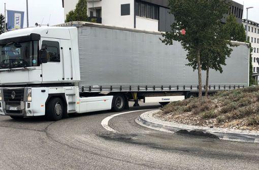 Die Fahrer wollen eigentlich gar nicht nach Echterdingen, bemerken ihren Fehler und nutzen den Kreisverkehr, um umzudrehen. Die vielen schweren Lastwagen beschädigen aber den Belag und den Kreisel. Foto: Fritzsche