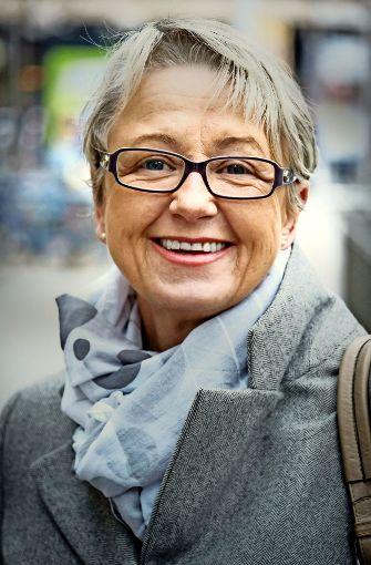 """Barbara Bockelmann (58), Angestellte, Ostfildern: """"Ich bin auf den ÖPNV angewiesen. Jeden Tag kommt etwas Neues. Die Störungen haben zugenommen. Ich komme oft zu spät zur Arbeit, obwohl ich pünktlich aus dem Haus gehe. Es ist ärgerlich, wenn die  S-Bahn ausfällt und ich mit dem Taxi nach Hause fahren muss.""""  Foto: Lichtgut/Achim Zweygarth"""