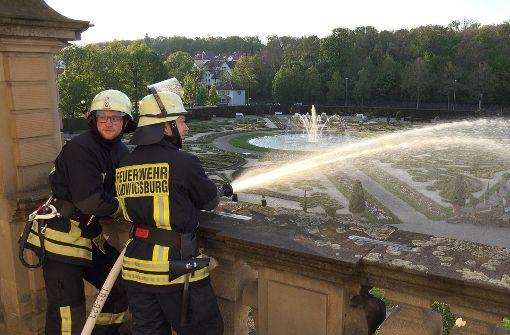 Mit 70 Einsatzleuten, die rund um das Gebäude verteilt werden, ist die Feuerwehr im Einsatz.  Foto: 7aktuell.de/Alexander Hald