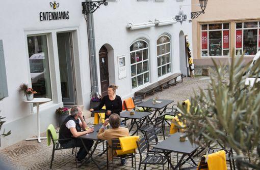 bEntenmanns/b: Das im a href=https://www.stuttgarter-zeitung.de/inhalt.esslingen-neue-restaurants-bekannte-gesichter.3cf2c404-3d74-4dbe-be89-59b442d507c4.html target=_blankHerbst 2017 eröffnete neue Lokal /astartet in seine erste Sommersaison. Die Plätze auf der ruhigen und zugleich zentralen Außenterrasse am Rathausplatz dürften heiß begehrt sein. Rathausplatz 6, Esslingen, Tel. 0711/25 51 24 40 Foto: Ines Rudel