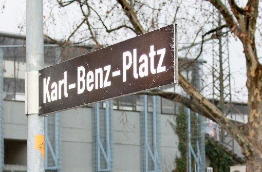 Bis 1986 wurde Karl Benz auf dem Straßenschild mit C geschrieben. Foto: Maira Schmidt