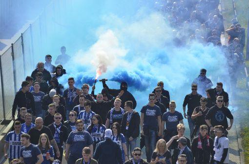 Vermummte KSC-Fans werfen Böller