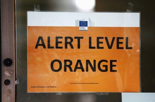 Ein Schild an einem Gebäude der Europäischen Kommission in Brüssel weist auf den erhöhten Alarmstufe hin. Foto: Getty