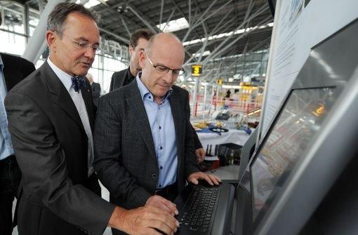 Flughafenchef Georg Fundel (links) stellt Verkehrsminister Winfried Hermann (Grüne) den Atmosfair-Terminal am Stuttgarter Flughafen vor. Foto: dpa