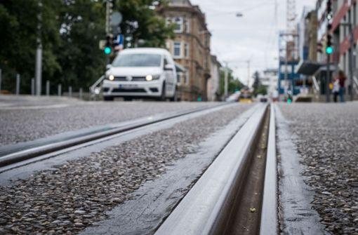 Frau gerät mit Rad in Stadtbahnschienen