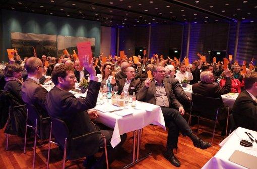 Vertreter der Fellbacher Bank unterstützen die Vorstandsstrategie mit  Stimmkarte. Foto: Patricia Sigerist