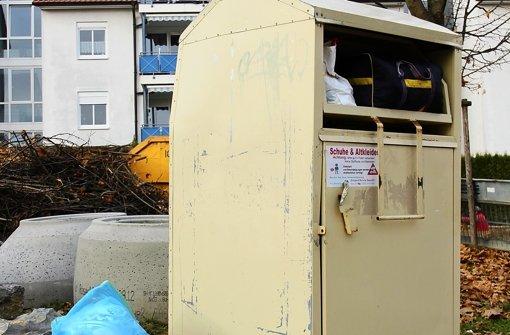Die illegalen Altkleiderbehälter auf öffentlichen Flächen verschaffen unseriösen Geschäftemachern das große Geld und sollten von Spendern gemieden werden. Foto: Bernd Zeyer