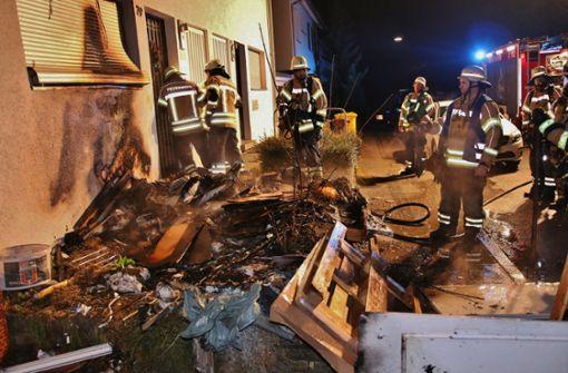 Mülleimerbrand greift auf Fassade über