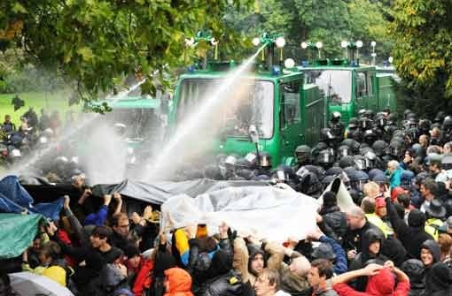 Ein Wasserwerfer der Polizei spritzt am Schwarzen Donnerstag, dem 30. September 2010, im Schlossgarten in Stuttgart auf Demonstranten Foto: dpa