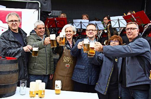 Von wegen Wonnemonat: Mit der Winterjacke auf der Bierbank
