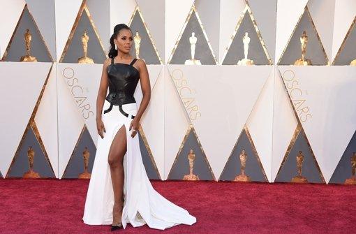 Lack und Leder? In jedem Fall nicht gerade gelungen ist das Kleid, das Kerry Washington bei der Oscar-Verleihung trägt. Foto: Invision/AP
