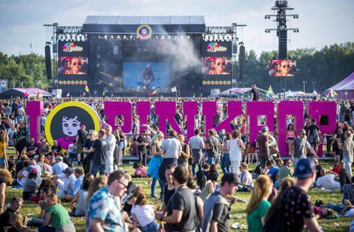 Kleinbus fährt nach Festival in Besuchergruppe