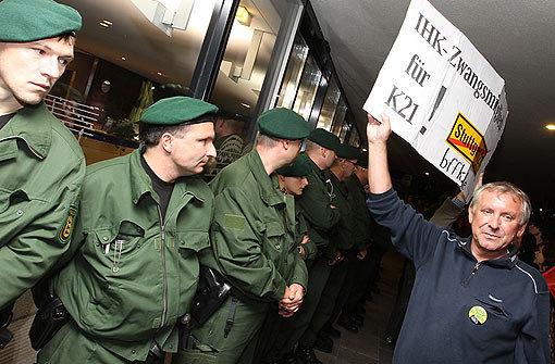 Während in der Liederhalle Bahnchef Rüdiger Grube an einer Podiumsdiskussion teilnahm, zogen vor dem Gebäude die Demonstranten auf. Foto: Palmer