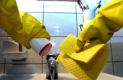 Nach dem Vollzeitjob an der Supermarktkasse noch ein paar Stunden putzen gehen – keine Seltenheit Foto: dpa