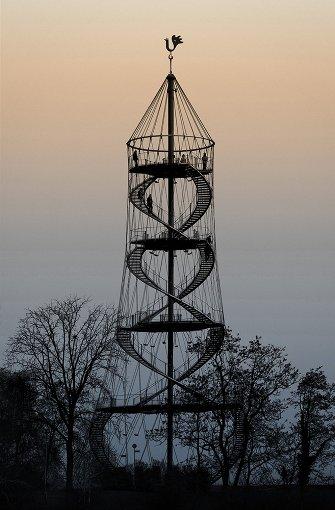 Ein sanftes Farbenspiel im Hintergrund, wie eine schwarze Schablone erhebt sich davor der Killesbergturm. Foto: Leserfotograf: Katharina246