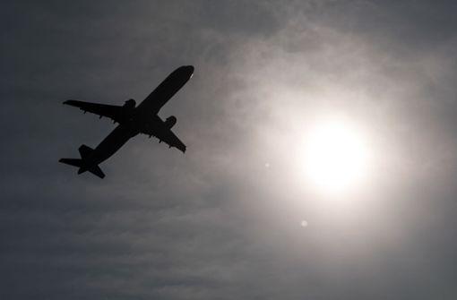 Frau randaliert in Flugzeug und zwingt Crew zur Zwischenlandung