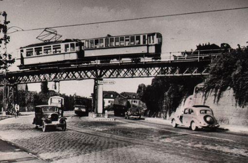 """Die alte  """"Türkenbrücke"""" mit einem Triebwagen der zweiten, elektrischen Generation und einem noch älteren Vorstellwagen von 1896 bis 1900.  Foto: Sammlung Wibke Wieczorek"""