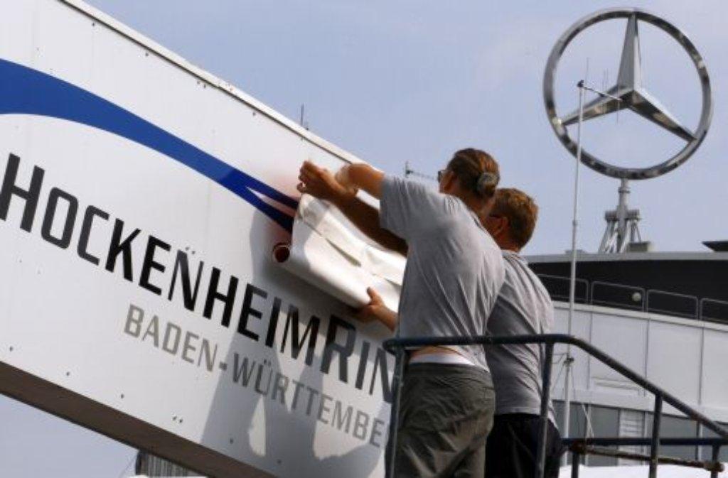 es kann losgehen mitarbeiter bekleben vor dem gro en preis von deutschland auf dem. Black Bedroom Furniture Sets. Home Design Ideas