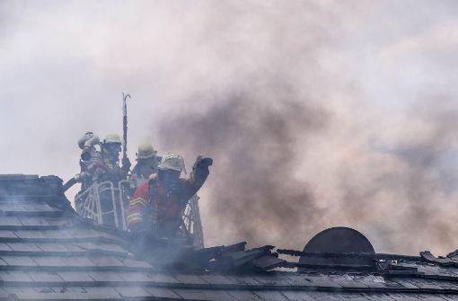 Haus brennt ab, Feuerwehrmann verletzt