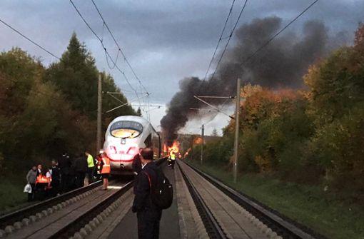 Ein Wagen eines ICE ist am Freitagmorgen in der Nähe von Montabaur in Rheinland-Pfalz in Brand geraten.  Foto: dpa