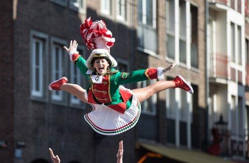 Die Narren feiern nach: Der Rosenmontagszug in Düsseldorf wurde an diesem Sonntag nachgeholt. Foto: dpa