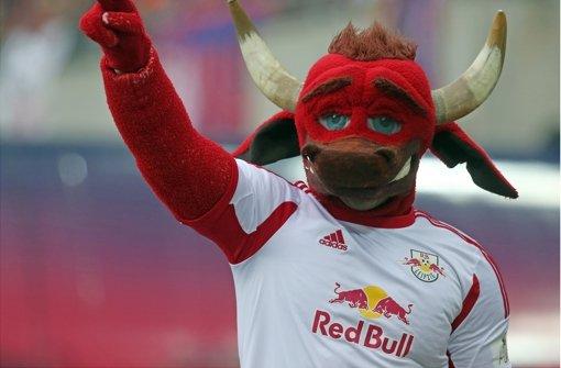 Das Maskottchen von Red Bull Leipzig – den Stuttgarter Fans schmeckte das Freundschaftsspiel überhaupt nicht. Sie machen seit Tagen mobil gegen die Ansetzung Foto: Bongarts
