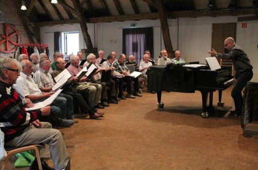 Bernhard Hauck leitet seit eineinhalb Jahren den Schwaben Bräu Singchor, der sich montags zu seinen Proben in der Alten Kelter trifft. Foto: Sabine Schwieder