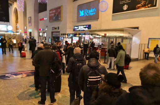 Am Infostand im Stuttgarter Hauptbahnhof bildeten sich lange Schlangen. Foto: Andreas Rosar