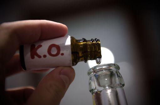 Unbekannter mischt K.o.-Tropfen in Drinks