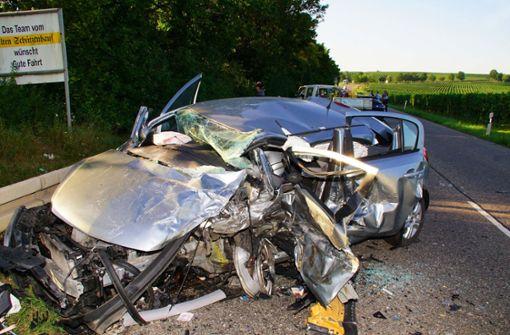 Drei Autos stoßen zusammen - Autofahrer tot