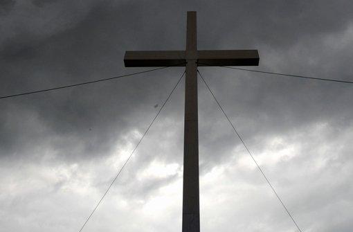 Es ist manchmal ein Kreuz mit dem  Leben als Priester. Foto: dpa