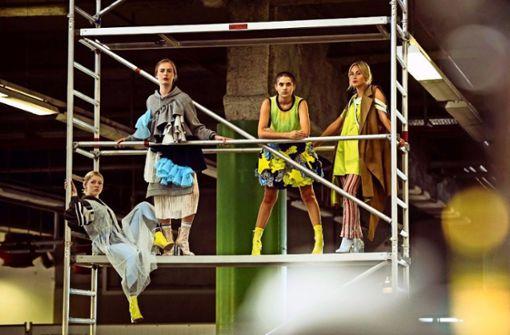 Straßenmode mal anders – Modeschüler zeigen im ehemaligen Briefverteilzentrum an der Ehmannstraße ihr Können. Foto: Lichtgut/Max Kovalenko
