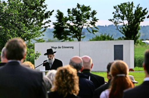 Rückblick ins Jahr 2010: Landesrabbiner Netanel Wurmser   spricht bei der  Einweihung der KZ-Gedenkstätte am US-Airfield. Foto: Achim Zweygarth