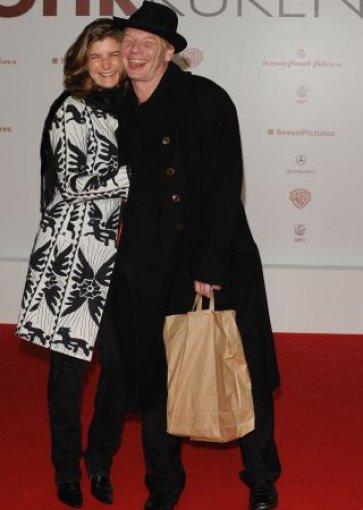 Der Schauspieler Ben Becker mit Tüte und seiner Lebensgefährtin Anne Seidel. Foto: dpa