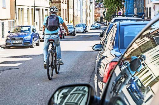 Die Burgstallstraße könnte als Fahrradstraße  wunderbar sein –  das ist auch  seit 2016 so geplant, aber   trotz dem Namen Hauptradroute noch nicht realisiert.  Foto: Lichtgut/Julian Rettig