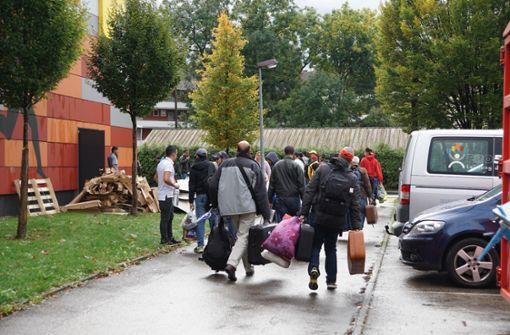 In der Not sind Flüchtlinge auch in der Kreisturnhalle in Kirchheim untergebracht worden. Die Kosten dafür hat der Landkreis vorgeschossen. Foto: SDMG